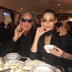 Bella Hadid y su padre, Mohamed Hadid, posando divertidos
