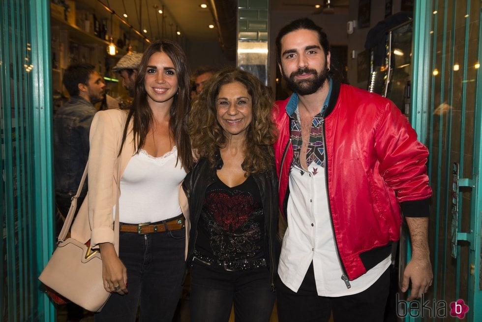 Lolita Flores acompañada de sus hijos, Elena y Guillermo Furiase
