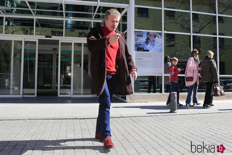Edmundo Arrocet saliendo del hospital tras visitar a María Teresa Campus