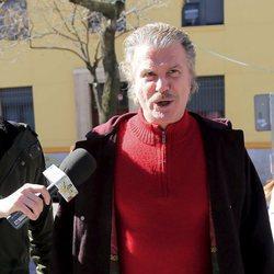 Edmundo Arrocet atiende a la prensa en su visita a María Teresa Campos en el hospital