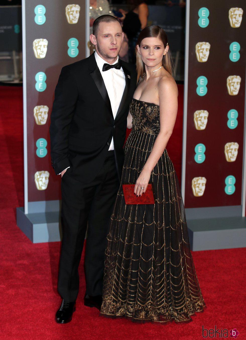 Jamie Bell y Kate Mara en la alfombra roja de los Premios BAFTA 2018