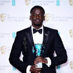 Daniel Kaluuya posando con su premio a Estrella Emergente de los BAFTA 2018