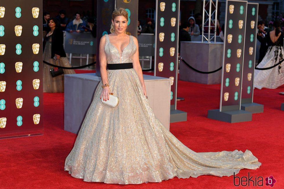 Hofit Golan luciendo la cola de su vestido en la alfombra roja de los Premios BAFTA 2018