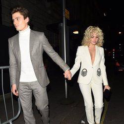 Pixie Lott y Oliver Cheshire en la fiesta de Vogue tras los BAFTA