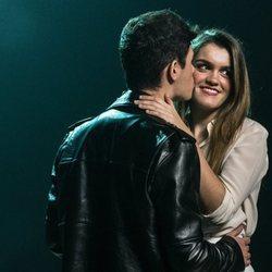 Amaia y Alfred se besan cariñosamente en la grabación del vídeo de 'Tu canción'