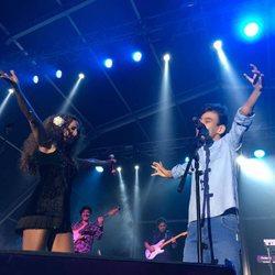 Adrián Martín cantando junto a Rosario Flores