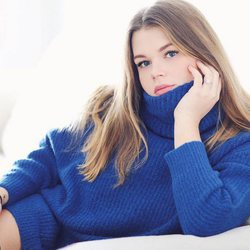 Camille Gottlieb posa con un jersey azul