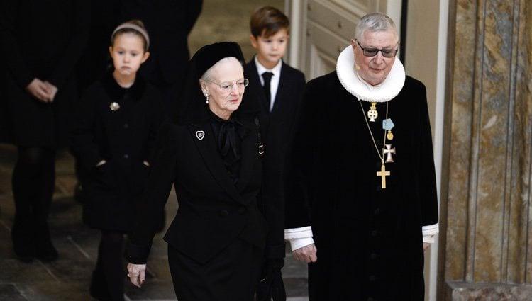 Margarita de Dinamarca y sus nietos Vicente y Josefina en el funeral de Enrique de Dinamarca