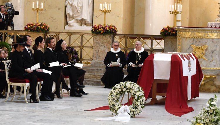 La Familia Real Danesa ante el cuerpo de Enrique de Dinamarca en su funeral