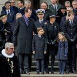 Joaquín y Marie de Dinamarca con sus hijos y sus tías en el funeral de Enrique de Dinamarca