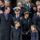 Joaquín y Marie de Dinamarca con sus hijos Enrique y Athena en el funeral de Enrique de Dinamarca