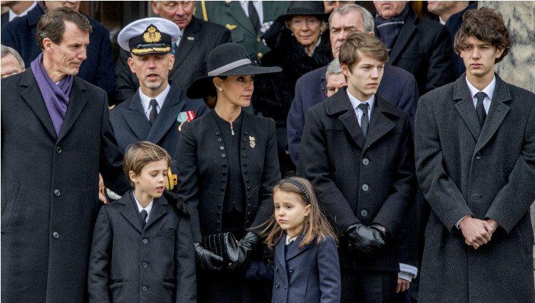 Joaquín y Marie de Dinamarca con los Príncipes Nicolás, Félix, Enrique y Athena en el funeral de Enrique de Dinamarca