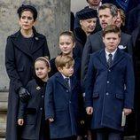 Federico y Mary de Dinamarca con sus hijos en el funeral de Enrique de Dinamarca