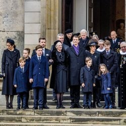 Margarita de Dinamarca con sus hijos, nueras y nietos en el funeral de Enrique de Dinamarca