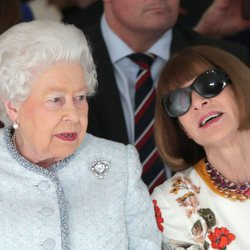 La Reina Isabel y Anna Wintour en la London Fashion Week 2018