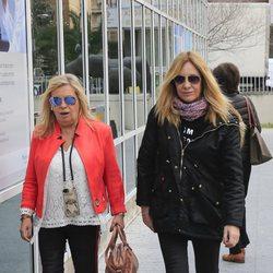 Carmen Borrego y Belén Rodríguez llegando al hospital a visitar a María Teresa Campos tras ser operada de una suboclusión intestinal
