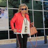 Carmen Borrego saliendo del hospital a visitar a María Teresa Campos tras ser operada de una suboclusión intestinal