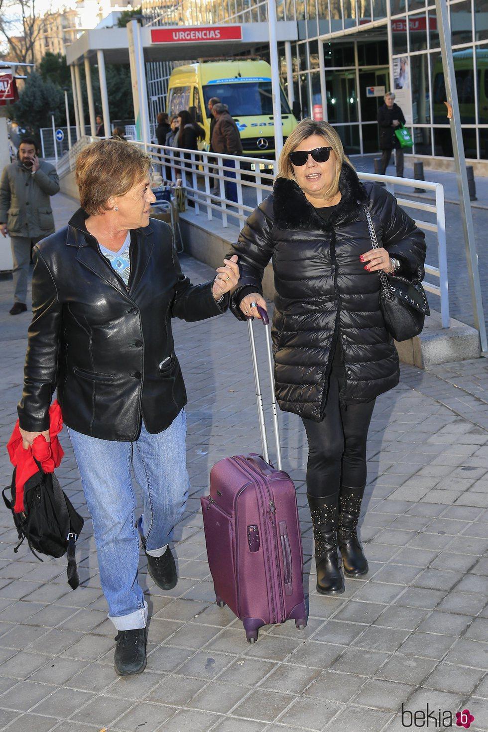 Chelo García Cortés y Terelu Campos saliendo del hospital a visitar a María Teresa Campos tras ser operada de una suboclusión intestinal