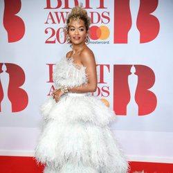 Rita Ora en la alfombra roja de los Brit Awards 2018