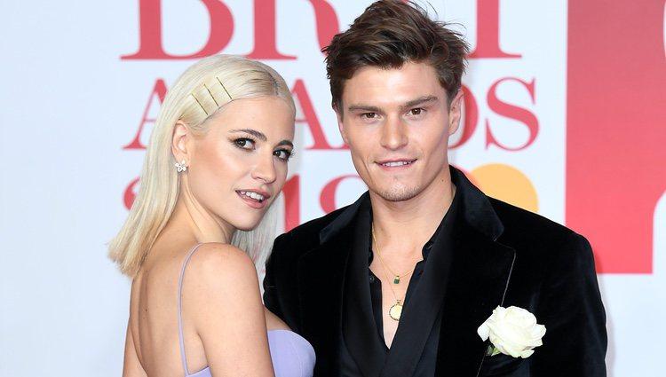 Oliver Cheshire y Pixie Lott en la alfombra roja de los Brit Awards 2018