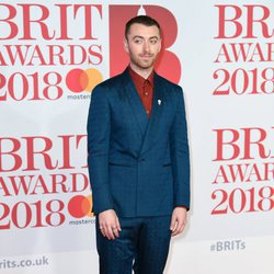 Sam Smith en la alfombra roja de los Brit Awards 2018