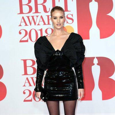 Rosie Huntington-Whiteley en la alfombra roja de los Brit Awards 2018