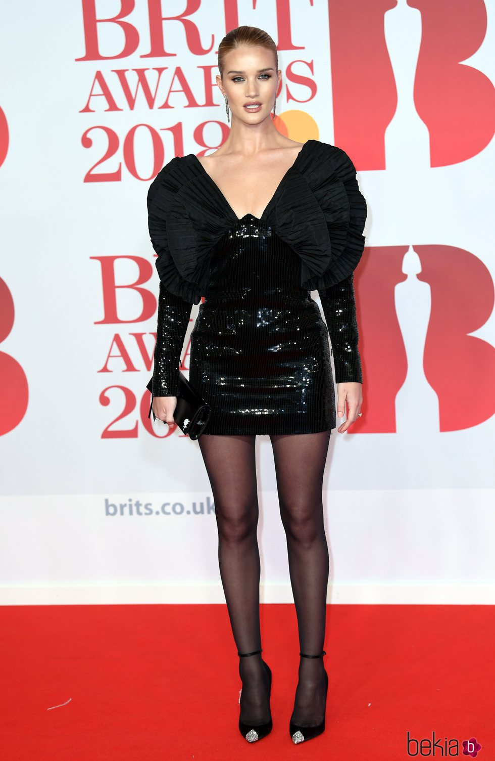 Rosie Huntington-Whiteley en la alfombra roja de los Brit Awards 2018