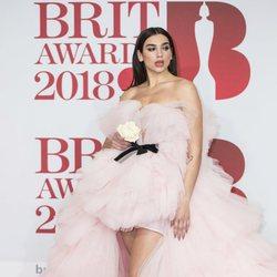 Dua Lipa en la alfombra roja de los Brit Awards 2018