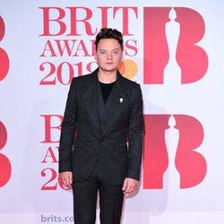 Conor Maynard en la alfombra roja de los Brit Awards 2018