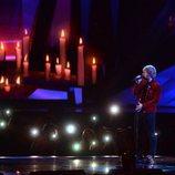 Ed Sheeran cantando sobre el escenario de los Brit Awards 2018