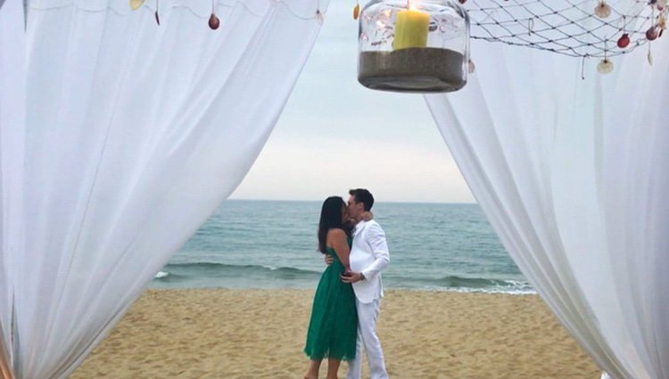 Louis Ducruet y Marie Chevallier besándose tras comprometerse