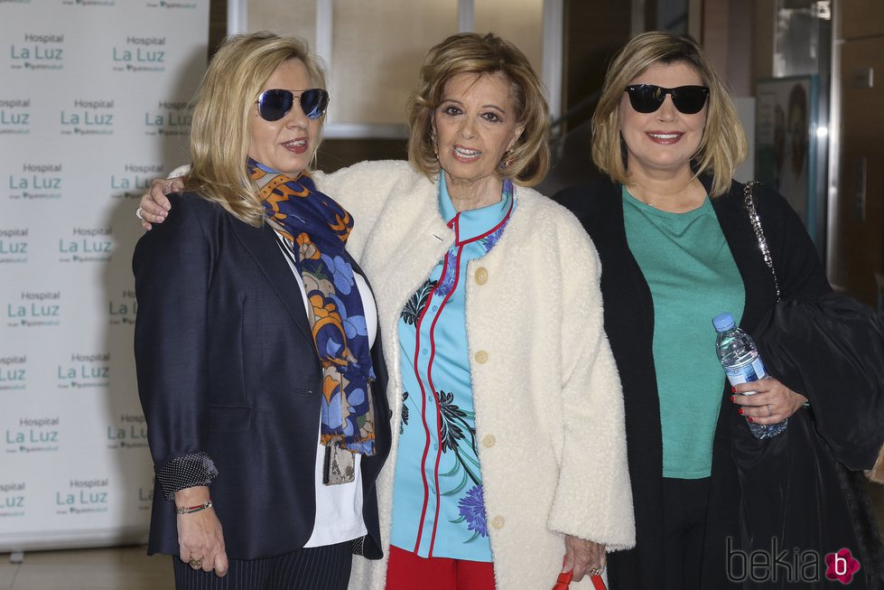 María Teresa Campos abandona el hospital en compañía de sus hijas