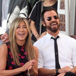 Jennifer Aniston y Justin Theroux riéndose juntos