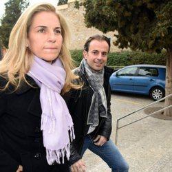 La extenista Arantxa Sánchez Vicario llega junto a su marido al entierro de Emilio Sánchez