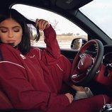 Kylie Jenner, de rojo, en un coche