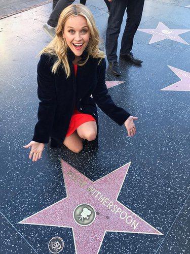 Reese Witherspoon posa junto a su Estrella en el Paseo de la Fama de Hollywood