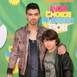Joe y Frankie Jonas en los Kids' Choice Awards 2011