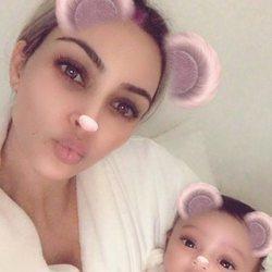 Kim Kardashian presenta a su tercera hija Chicago en redes sociales