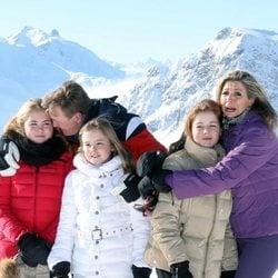 Guillermo Alejandro y Máxima de Holanda, cariñosos y frioleros con sus hijas en su posado invernal