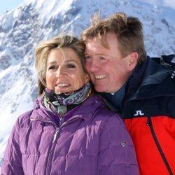 Guillermo Alejandro y Máxima de Holanda, muy cómplices en su posado de invierno en Lech