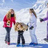 Máxima de Holanda juega con sus hijas Amalia, Alexia y Ariane en su posado de invierno en Lech