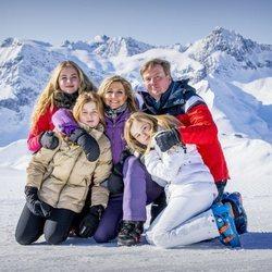 Los Reyes Guillermo Alejandro y Máxima de Holanda con sus hijas Amalia, Alexia y Ariane en su posado de invierno en Lech