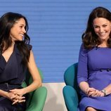 Meghan Markle y Kate Middleton riendo en el Forum de la Royal Foundation