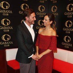 Juan Peña y Sonia González posan enamorados en el 38 cumpleaños del cantante