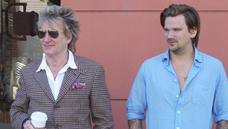 Rod Stewart y su hijo Sean Stewart dando un paseo hace años