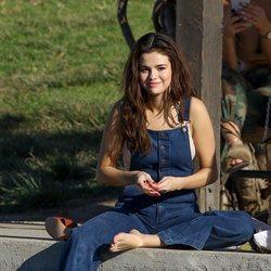 Selena Gomez descalza y relajada