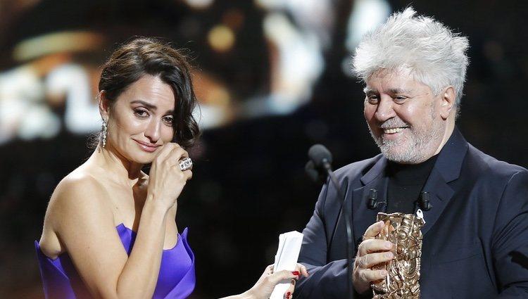 Pedro Almodóvar le entrega el César de Honor a Penélope Cruz