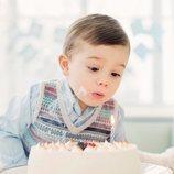 Oscar de Suecia soplando las velas de la tarta por su segundo cumpleaños