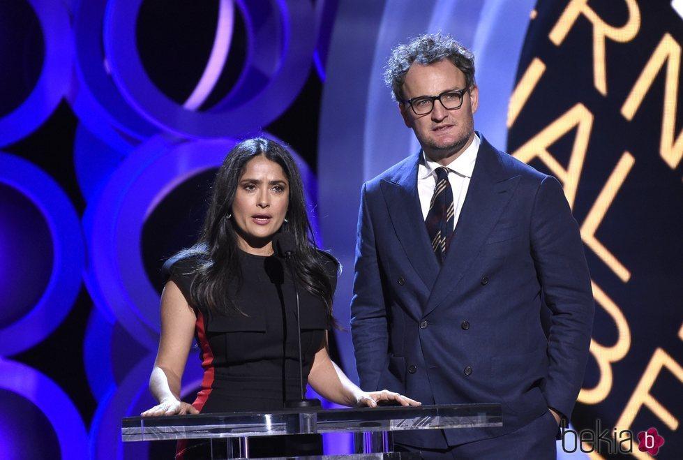Salma Hayek junto a Jason Clarke en la presentación de los Independent Spirit Awards