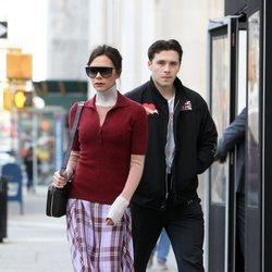 Victoria y Brooklyn Beckham caminando por Nueva York
